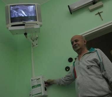 Rudolf Rutkowski uważa, że szpitalna telewizja to cenne urozmaicenie w szarym szpitalnym życiu. (fot. Daniel Polak)