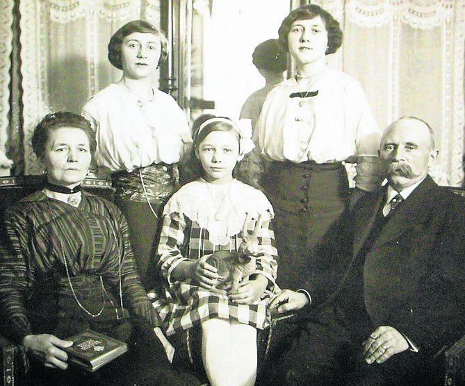 Sylwia Dullin (pierwsza z lewej) z koleżankami z pracy w Książnicy