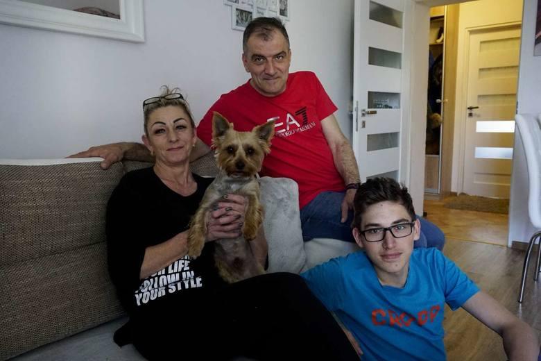 Sebastian Kaczmarek z żoną Katarzyną, synem Oliwierem i pieskiem Rico przeżyli wybuch kamienicy na Dębcu. Nadal utrzymują kontakt z innymi rodzinami.<br />