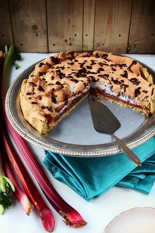 Ciasto: 35 dag mąki 3 żółtka 100g masła 3 łyżki wody szczypta soli Nadzienie: 50-70 dag rabarbaru 3 łyżki cukru 1 łyżka mąki ziemniaczanejBeza: 3 białka