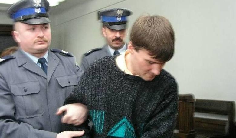 <strong>Pedofil morderca</strong><br /> <br /> Krzysztof Bukacz z Białegostoku, pedofil i morderca, został skazany na dożywocie. Obecnie przebywa z zakładzie w Siedlcach. W grudniu 2000 r. zamordował siekierą swego ojczyma, a w czerwcu 2001 udusił kablem 10-letniego chłopca. Zwłoki wywiózł w torbie...