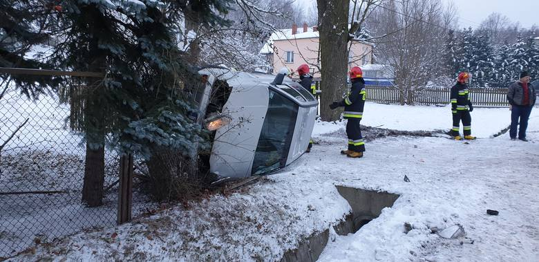 Parszów. Osobowy volkswagen uderzył w przepust i zatrzymał się na boku. 19-latka w szpitalu