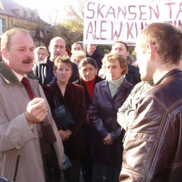 Do rolników zgromadzonych przed Urzędem Miejskim wyszedł burmistrz Stanisław Małachwiej (z lewej). Przekonywał, że na powołaniu zespołu krajobrazowe