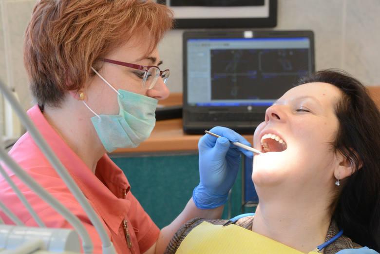 """Kończą się zapasyDentystom trudno się dziwić. Ich praca wiąże się z kontaktem ze śliną leczonych osób, w dodatku """"rozpylaną"""" przez narzędzia dentystyczne"""