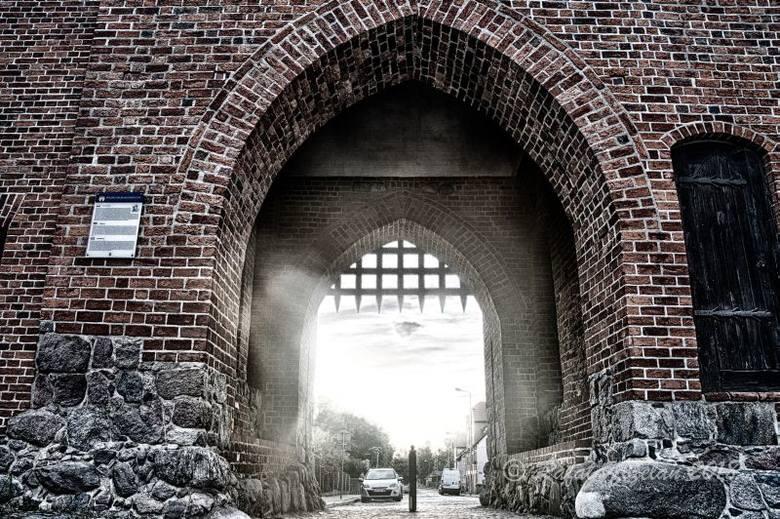 STRZELCE KRAJ. FOTOGRAFICZNY SPACER PO MIEŚCIE. Jednym z hitów Strzelec są średniowieczne mury obronne, przy których powstaje szlak spacerowy. - Chcemy mury otworzyć na mieszkańców - deklaruje burmistrz Mateusz Feder. W Bramie Młyńskiej (na zdjęciu) pojawiła się kratownica
