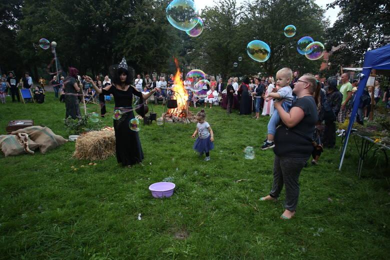 W sobotni wieczór na terenie przy Baszcie Czarownic odbył się sabat czarownic. Czarnoksiężnicy, magowie i straszydła z całego regionu mogły tańczyć wokół
