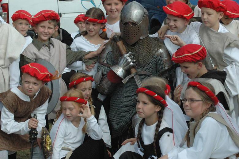 Jako pierwsze do występu szykowały się dzieci z miejscowej szkoły. – Będziemy śpiewać i tańczyć – pochwaliły się nam.