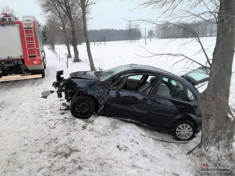 Wypadek w Cichowie: citroen uderzył w drzewo. Strażacy i policja szukali kierowcy [ZDJĘCIA]