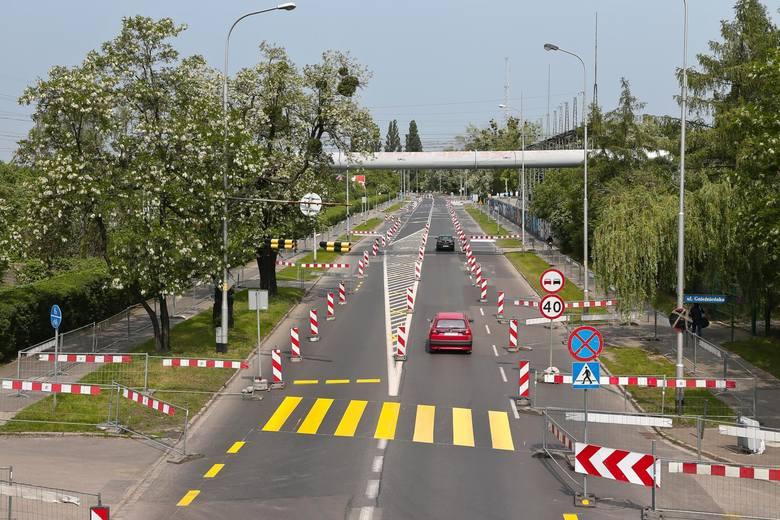Wprowadzony został ruch jednokierunkowy na ul. Długiej na odcinku od wyjazdu z parkingu marketu do zjazdu na tereny Politechniki Wrocławskiej za wiaduktem