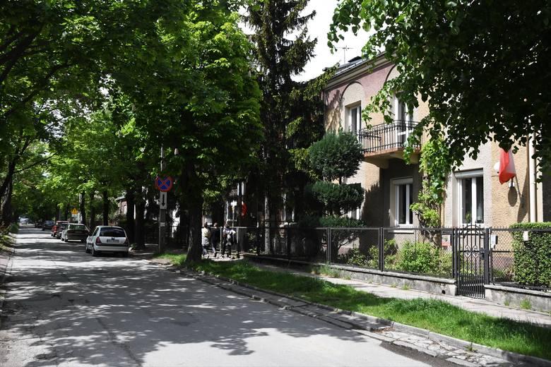 Osiedle Jagiellońskie połóżone w zachodniej części Kielc jest często uważane za część Czarnowa. Nazwa Jagiellońskie obowiązuje dla terenu zamkniętego