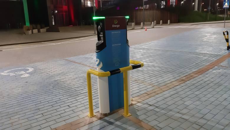 Stacja ładowania pod słupskim Parkiem Wodnym. Przy terminalu wydzielono dwa miejsca parkingowe dla aut elektrycznych
