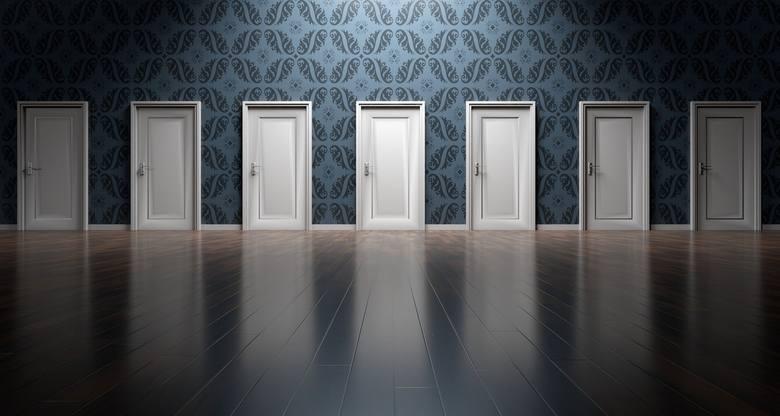 Okres niepewności nie jest najlepszym do podejmowania poważnych życiowych decyzji, które nie są w tym momencie konieczne. Jeśli jest taka możliwość lepiej