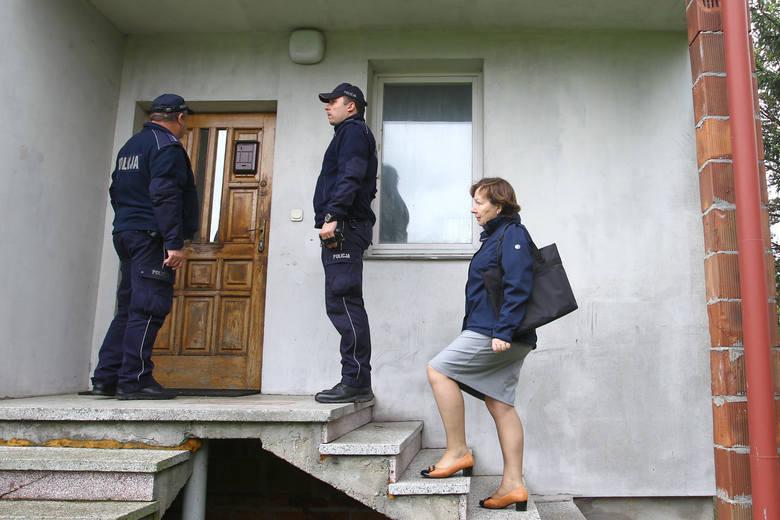 Policjanci z trudem nakłonili lokatora, żeby do wnętrza domu wpuścił... właścicielkę domu. Gdy wyszła ze środka, mówiła, że wolałaby tego nie widzieć.<br />