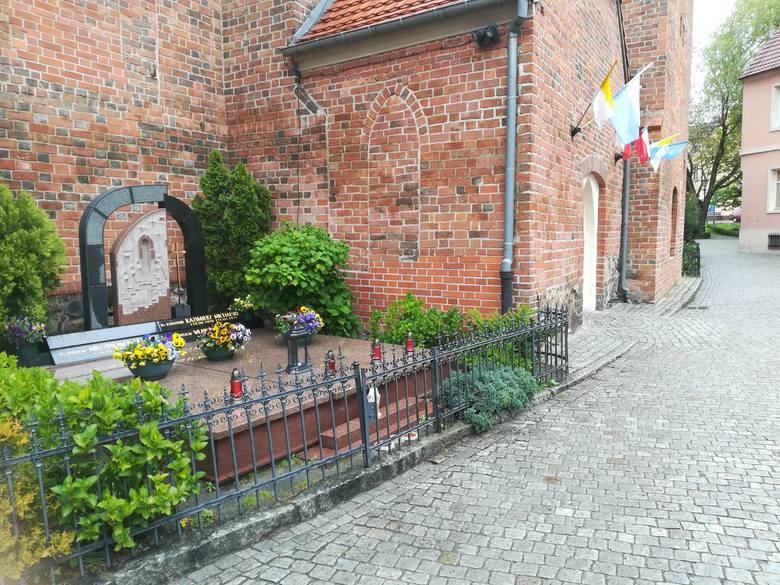 Kilkadziesiąt metrów dalej znajduje się grób duchownego