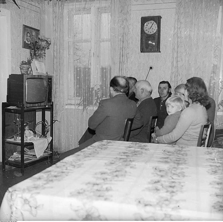 Do lat 80. telewizor pozostawał dobrem luksusowym. A propaganda lubowała się w takich obrazkach jak te - sąsiedzi mieli się w ten sposób gromadzić a to by oglądać Plenum KC, a to zjazd PZPR
