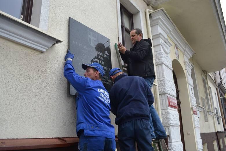 Ekipa fundatora tablicy - Jacka Spychalskiego, właściciela zakładu kamieniarskiego w Koronowie - już przykręciła ją do ściany ratusza.