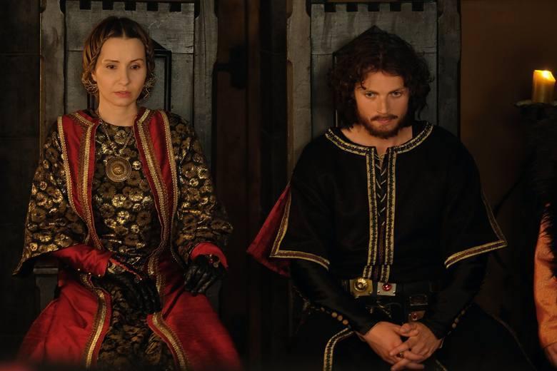 Mateusz Król wciela się w rolę Kazimierza Wielkiego, który w 1333 roku zasiadł na tronie Polski. Był najmłodszym synem Władysława Łokietka i Jadwigi