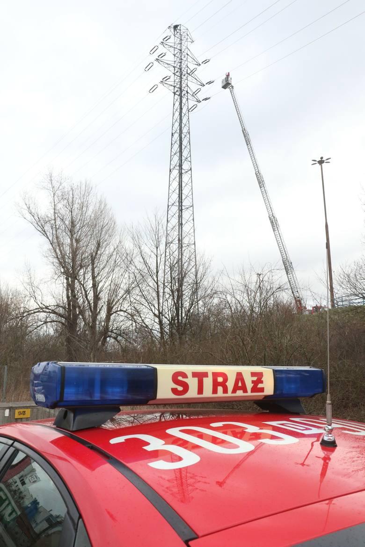 Poranny paraliż Wrocławia. Mężczyzna skoczył ze słupa energetycznego, zginął na miejscu (ZDJĘCIA)