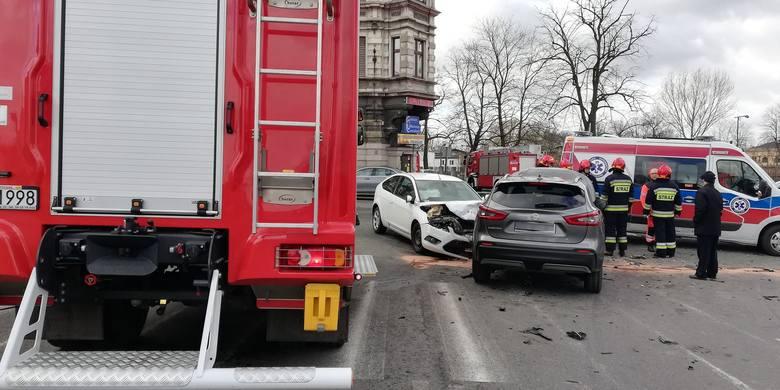 Na skrzyżowaniu ulic Metalowców i Dworcowej w Inowrocławiu zderzyły się trzy samochody osobowe. Na miejscu jest straż pożarna, policja i ratownicy medyczni.