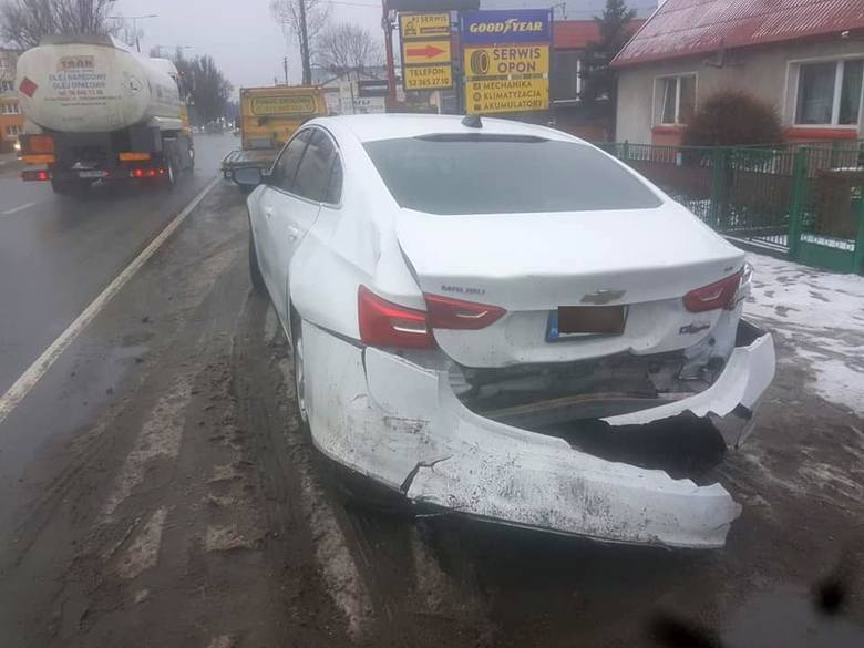 Karambol wyglądał groźnie, ale skończyło się bez poszkodowanych. Uszkodzone są za to trzy samochody...Wstępnie ustalono, że kierujący BMW prawdopodobnie