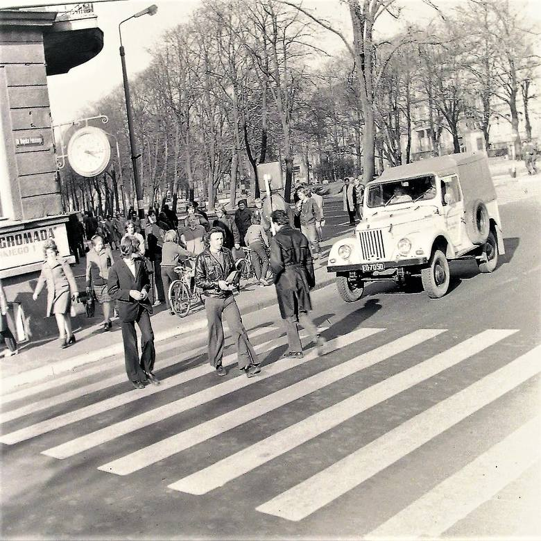 Pod zegarem na rogu al. Wojska Polskiego i Sienkiewicza wiosną 1974 roku