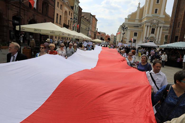 """W niedzielę (10 czerwca) ulicami Torunia przeszedł Marsz dla Życia i Rodziny. Hasłem tegorocznego marszu były słowa: """"Polskarodziną silna!"""". Toruński"""