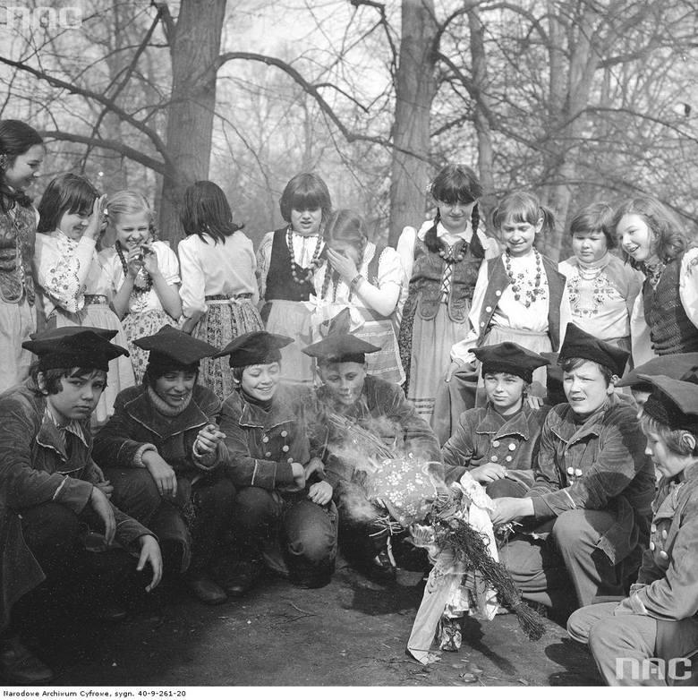 Dzieci w strojach regionalnych palą kukłę Marzanny w Łazienkach Królewskich.