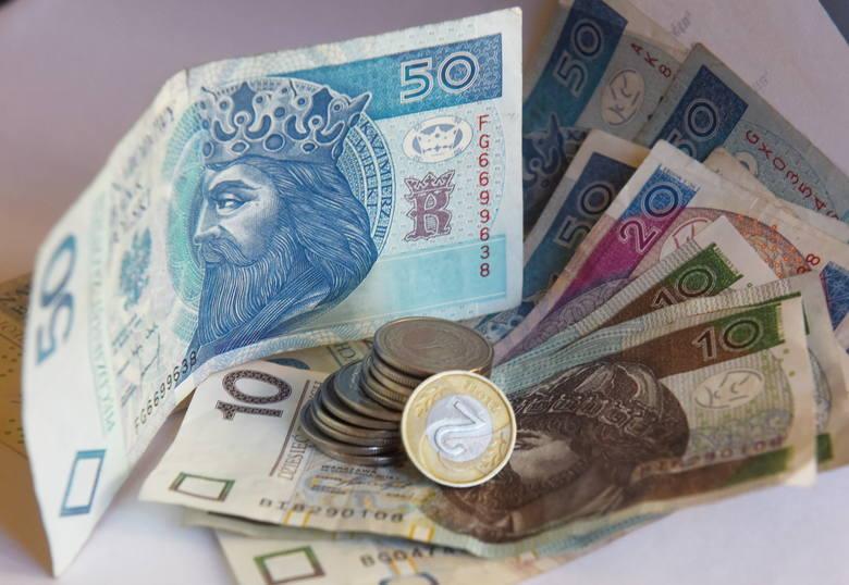 Zarobki i przywileje europosłów. W ciągu jednej kadencji zarobią ponad 2,2 mln zł