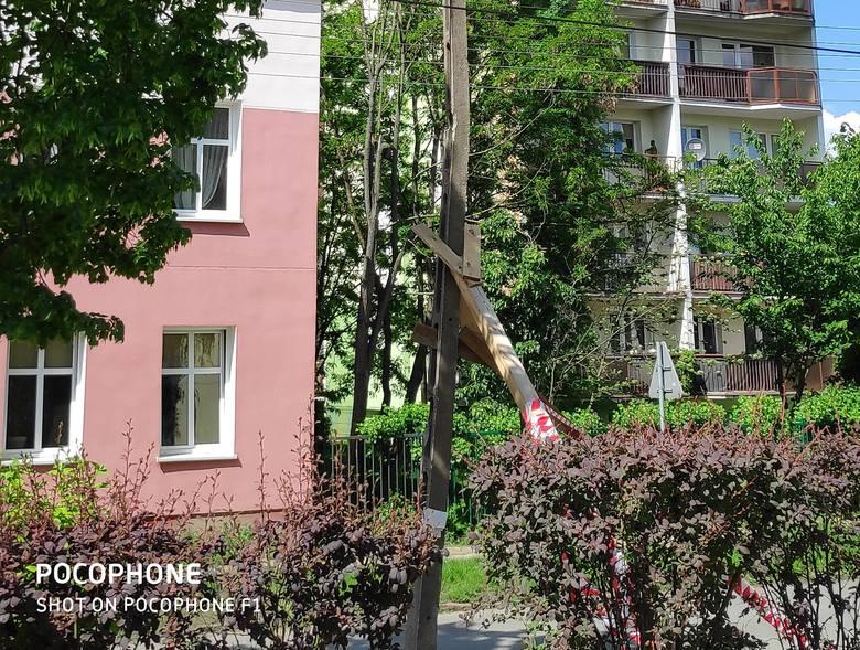 Uszkodzony i wykrzywiony słup energetyczny zagraża przechodniom u zbiegu ulic Kossaka i Kruczej na bydgoskim Górzyskowie. - Słup został prowizorycznie