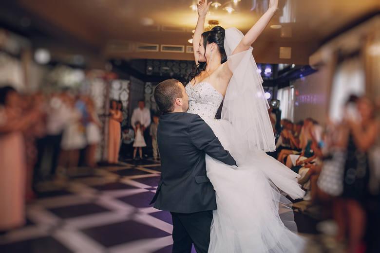 Piosenki na pierwszy taniec – jaki utwór wybrać na wesele? Ponadczasowe hity