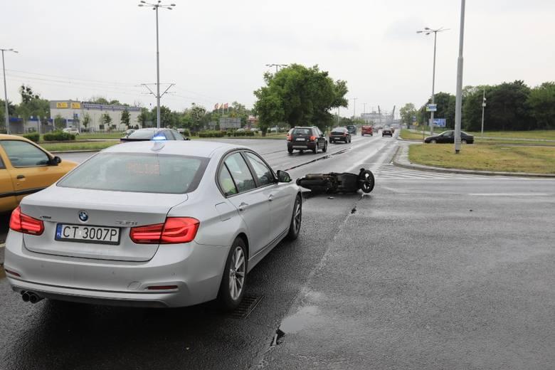 34-letni motorowerzysta trafił w czwartek do szpitala po tym, jak na skrzyżowaniu Szosy Lubickiej i ulicy Rydygiera w Toruniu zderzył się z mercedesem.Tuż