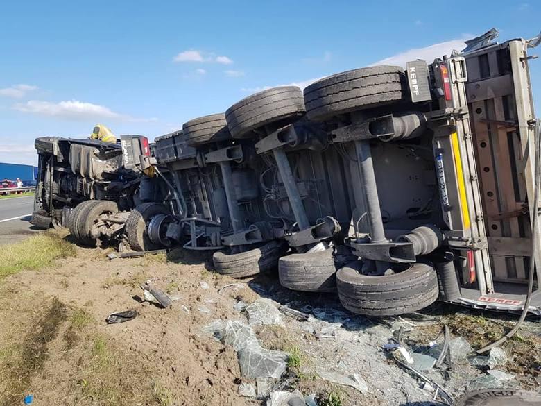 Wypadek na autostradzie A4 w powiecie strzeleckim. Ciężarówka ścięła metalową konstrukcję. Droga była zablokowana w obu kierunkach