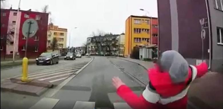 Chłopczyk wchodzi na ulicę prosto pod koła samochodu, auto go uderza, dziecko upada, po czym podnosi się i odchodzi – taką historię zarejestrowała kamera