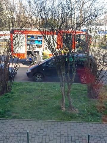 Koronawirus w Krakowie. Służby w białych kombinezonach ewakuują lokatorów mieszkania 26.03.