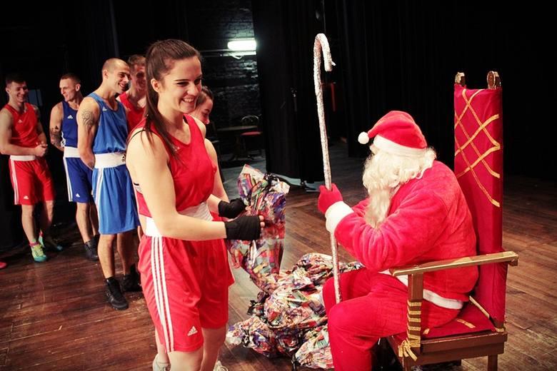 W sekcjach sportowych skarżyskiej Akademii Holistycznej trenuje ponad dwieście osób. Mikołaj miał prezenty dla nich wszystkich, także dla bokserów>>>Akademia