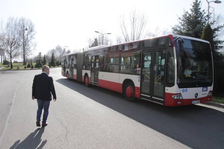 Podwyższamy limit pasażerów w środkach transportu publicznego. Dzięki temu już 18 maja autobusem, metrem czy tramwajem będzie mogło jeździć równocześnie