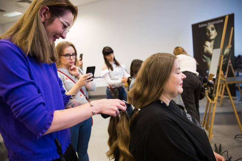 Wśród zaleceń dla salonów urody znalazły się m.in.:- obowiązek noszenia przez klientów i obsługę maseczek, gogli lub przyłbic (u fryzjera, a w salonie