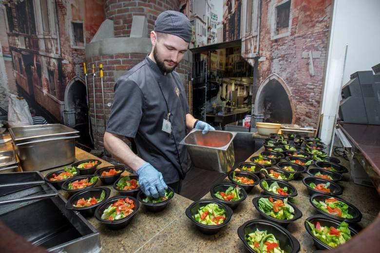 Wśród wymogów i zaleceń dla gastronomii są m.in.:- limit osób w lokalu (na 1 osobę musi przypadać co najmniej 4 m2);- dezynfekcja stolika po każdym kliencie;-