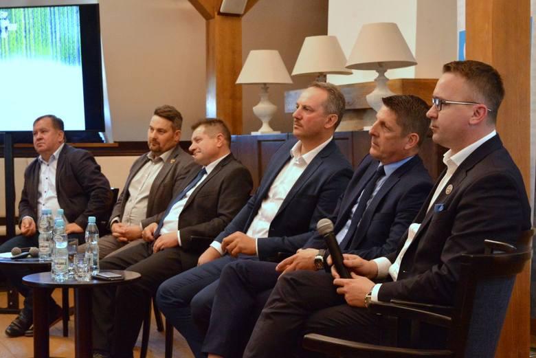 Od lewej Robert Fatyga, hodowca trzody chlewnej, Michał Matuszczyk, prezes Świętokrzyskiego Związku Hodowców Bydła, Artur Konarski, przewodniczący sejmikowej