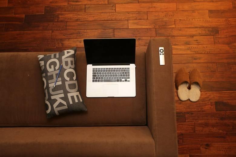 TOP 10 podstawek do laptopa. Są niezastąpione w domu i pracy