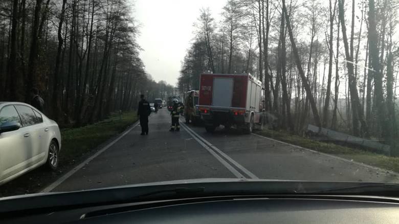 Oprócz kierowcy oplem podróżowało dwoje pasażerów. Wszyscy trafili do szpitala. Droga była zablokowana. Objazdy zorganizowano od Łomży DW679 do DK8.
