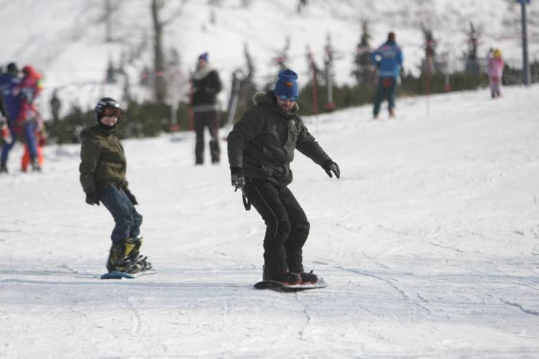 Wielu sympatyków narciarstwa uważa, że w Polsce najlepiej jeździ się w Szczyrku. Za 4-dniowy skipass dla 2 osób pod koniec lutego zapłacimy 920 zł, jeżeli