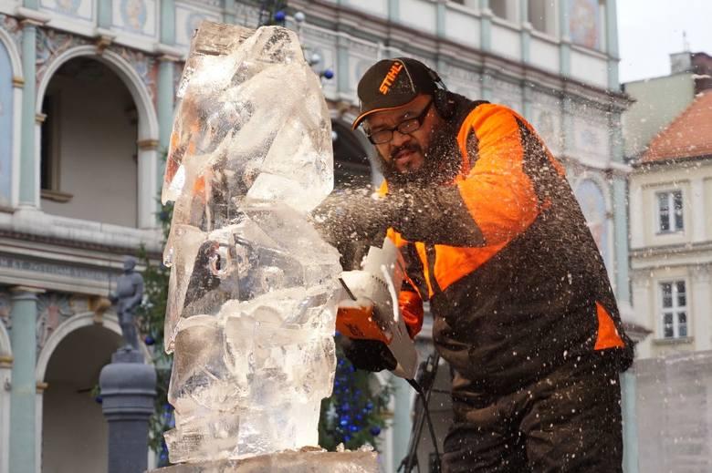 Stary Rynek: Można już oglądać pierwsze rzeźby lodowe