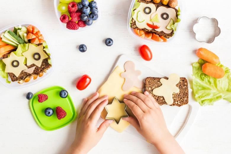 W porannym pośpiechu najłatwiej przygotować prostą kanapkę np. z żółtym serem, jednak młody umysł lubi być zaskakiwany. Warto wygospodarować chwilę dzień