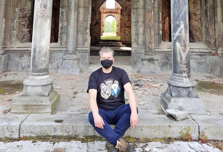 """Maciej Mischok w koszulce ze ślubnym herbem Joanny Schaffgotsch, """"śląskiego Kopciuszka""""."""