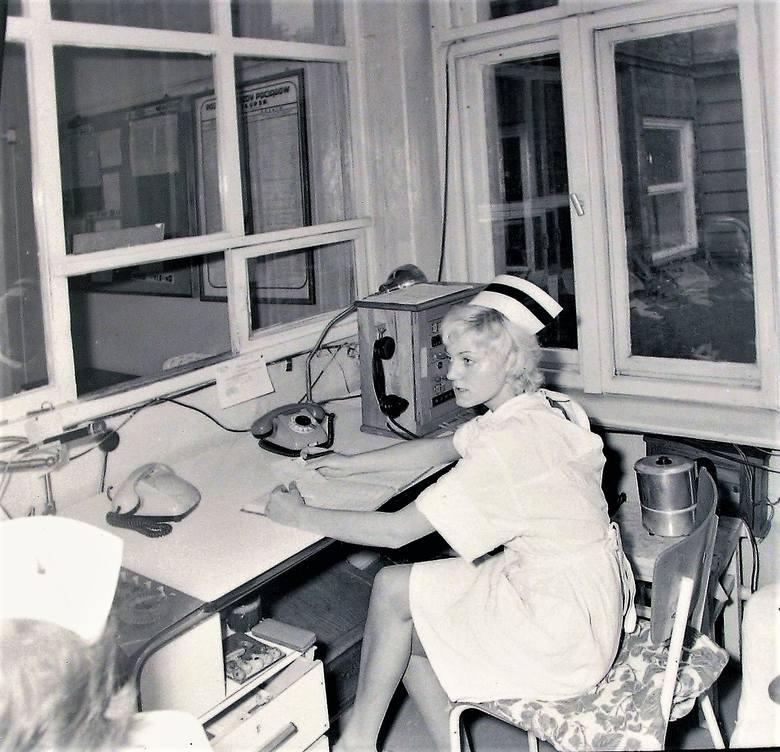 Dyspozytorka pogotowia ratunkowego przy al. Wojska Polskiego na stanowisku pracy -  wrzesień 1972 r.