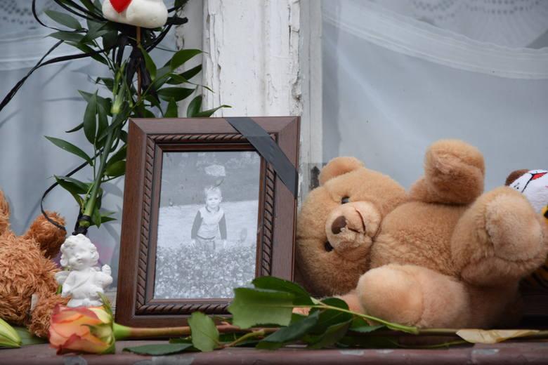Angelika L. matka chłopczyka i jej konkubent Radosław M. są podejrzani o skatowanie trzyletniego Tomusia na śmierć. Kolejne trzy miesiące nie wyjdą na