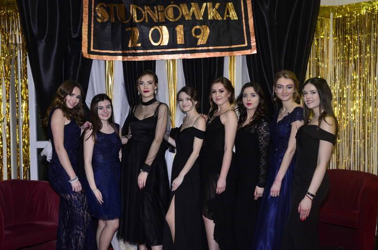 W całej Wielkopolsce trwają studniówki 2019. Na balach bawią się uczniowie z Poznania, Kalisza, Piły, Krotoszyna i wielu innych wielkopolskich miejscowości.