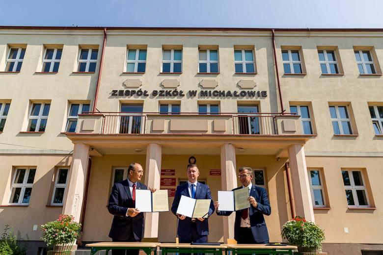 Roman Czepe (z lewej), Jan Perkowski i Marek Nazarko przed szkołą podpisali akty notarialne, pamiątkowy akt przekazania. Starosta przekazał też klucze burmistrzowi Michałowa.