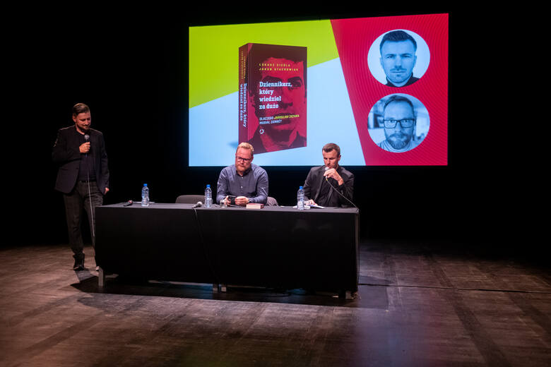 """Łukasz Cieśla jest, wspólnie z Jakubem Stachowiakiem, autorem książki """"Dziennikarz, który wiedział za dużo"""", opisującej kulisy porwania i zabójstwa Jarosława Ziętary. Tu w czasie wieczoru autorskiego, prowadzonego przez Marcina Kostaszuka."""